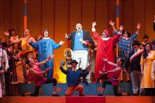 Una escena de la ópera 'L'elisir d'amore' en el Teatro de la Maestranza.